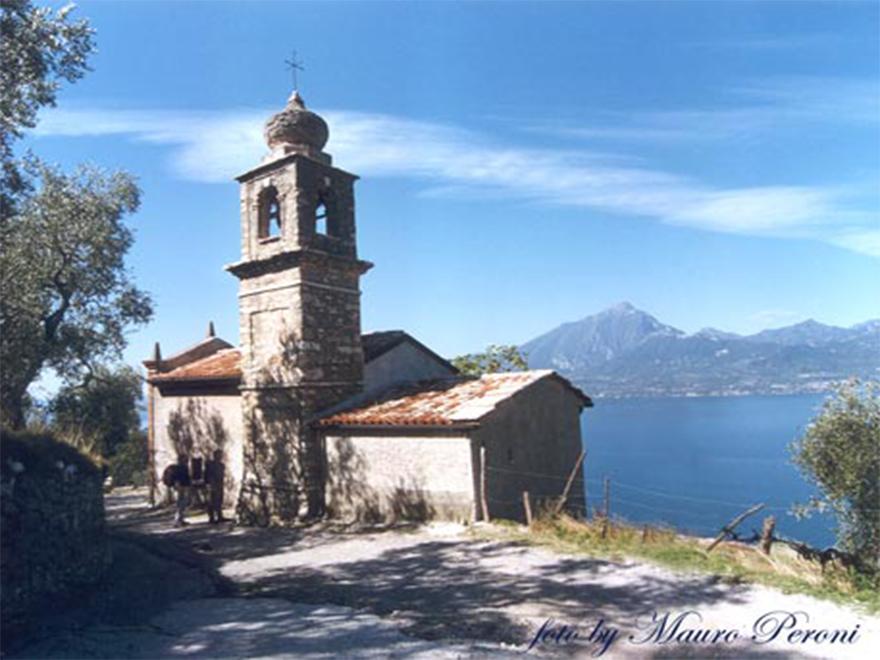 Die Kirche San Siro in Crero von Torri del Benaco am Gardasee.