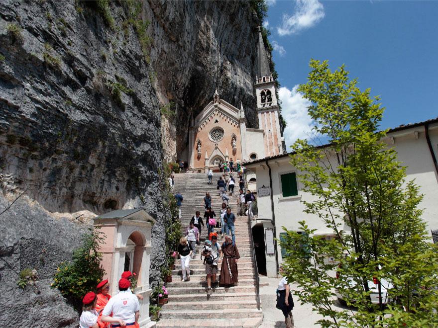 Der Wallfahrtsort Madonna della Corona in Spiazzi - Ferrara di Monte Baldo Verona