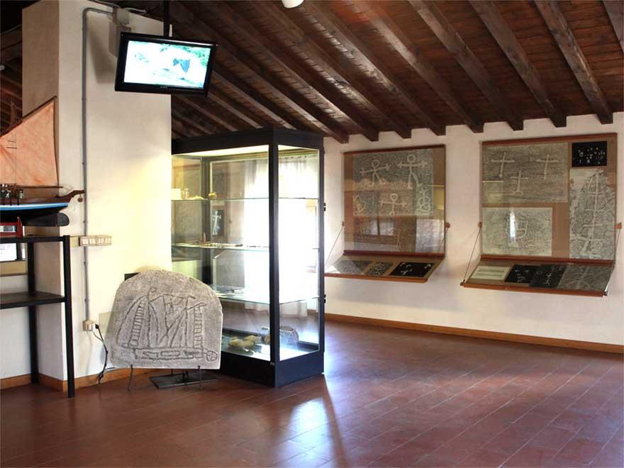 Saal der Felszeichnungen. Die Felszeichnungen in Torri del Benaco am Gardasee